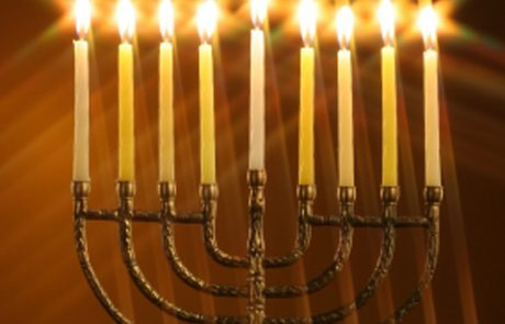 """איך נכון לומר: """"להדליק נר שֶׁל חֲנֻכָּה או שֶׁלַּחֲנֻכָּה""""? – מאת אליהו גמליאלי – חוקר ומח""""ס הדקדוק העברי –  """"חקרי לשון"""", """"מענה לשון"""" , """"אמרי לשון"""""""