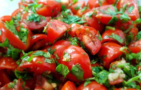 סלט עגבניות שרי פיקנטי