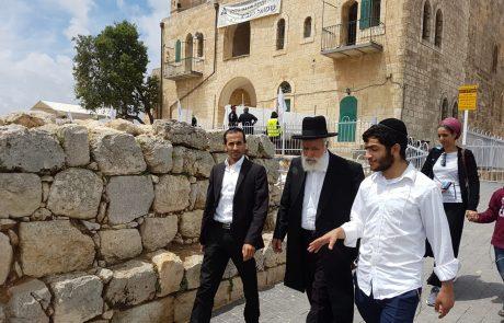 """הגאון רבי שלמה מחפוד שליט""""א מתפלל בקבר שמואל הנביא"""